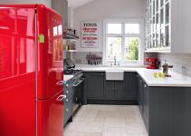 cucina con frigo rosso